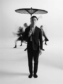 與紙傘、長桌共舞 蔡博丞舞動東方意象