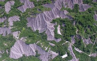环团质疑跳票 举牌抗议国土计画法把世界自然地景画工业区