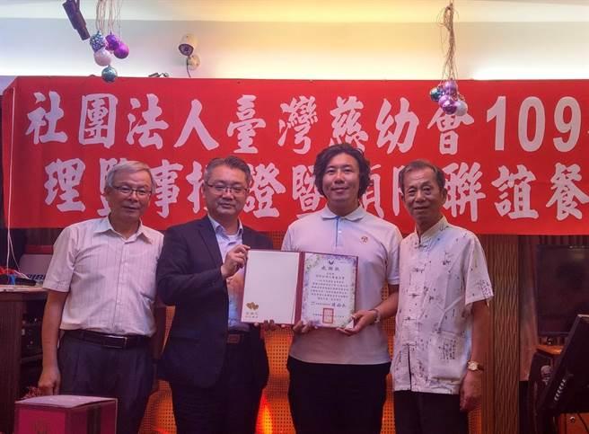 慈幼會每年舉辦勵志獎學金頒獎典禮,今年邀請教育局副局長劉明超(左2)為孩子們勉勵。