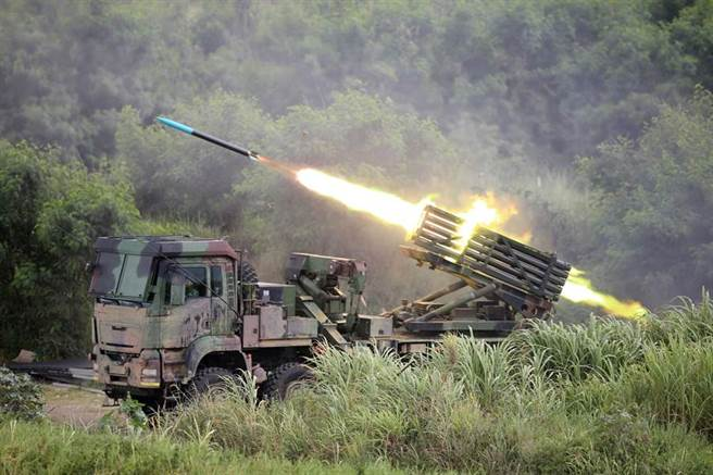 國軍雷霆2000多管火箭車發射火箭攻擊敵方登陸艦艇。(黃國峰攝)