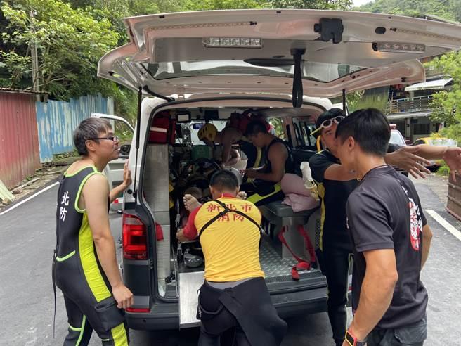 溺水高中生被警消人員救起時已無心跳,目前已送醫搶救。(讀者提供/林俊翰翻攝)