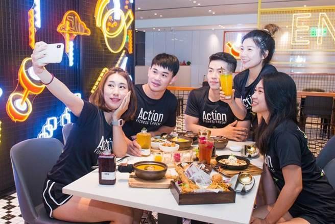 「安那居」活潑明亮的用餐環境,客層鎖定熱愛運動健身的年輕族群。(圖/漢來美食)