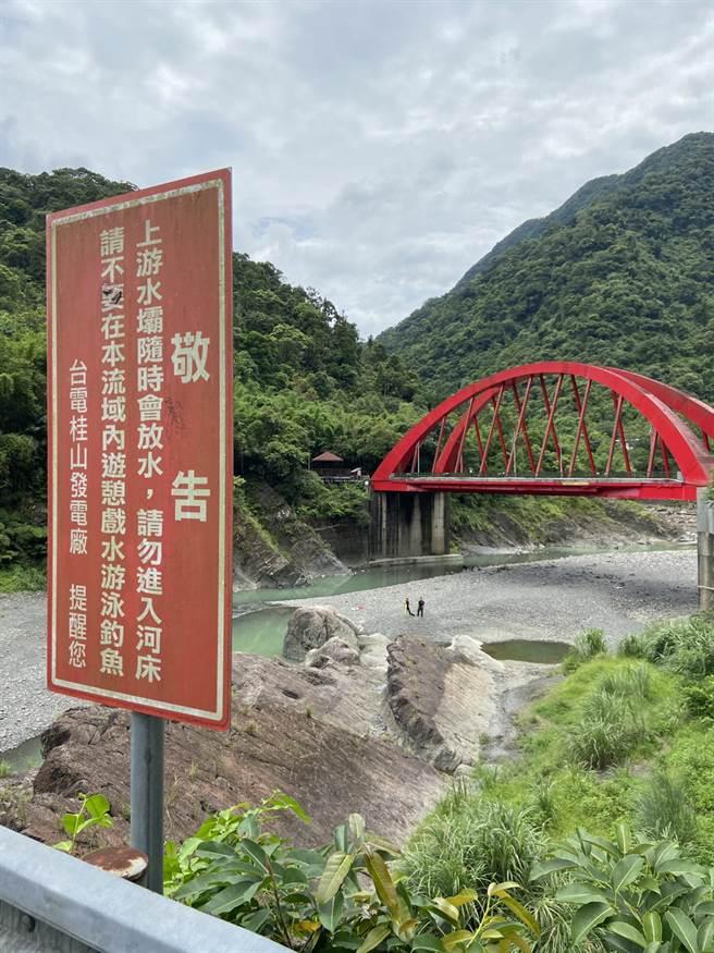 雖然當地有標示警告牌要民眾不要隨意在此處戲水,11名高職生仍是無視下水遊玩導致溺水意外發生。(讀者提供/林俊翰翻攝)