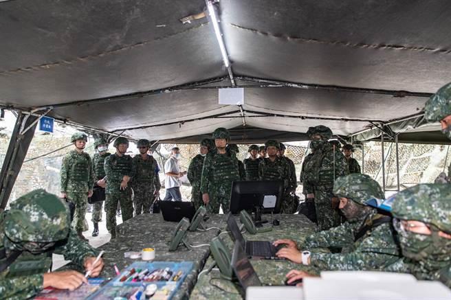 國防部長嚴德發視導聯兵營指揮所作業實況。軍聞社提供