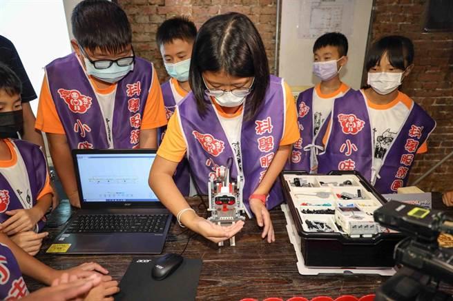 Dream Big公益教育展防疫做好做滿,從入場開始就以彰化縣二林鎮興華國民小學哇苗科學服務團創意防疫機器人,為入場民眾噴酒精。(元大金控提供)