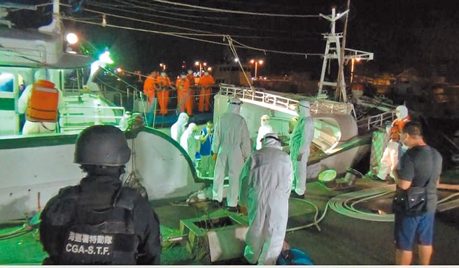 海巡署偵防分署查獲「瑞蓬成2號」載運30名越南偷渡客。(海巡署提供/王文吉台中傳真)