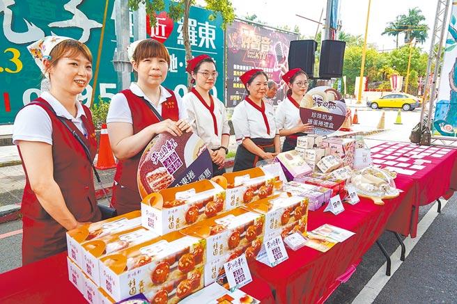 羅東藝穗節受到疫情影響取消踩街,但鎮公所與45家業者合作舉辦抽獎活動,業者提供各自的產品讓民眾抽獎。(李忠一攝)