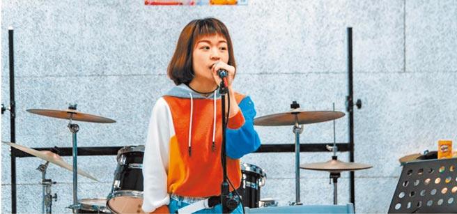 今年從台南藝術大學應用音樂學系畢業的曾筠芯,20歲時的詞曲創作《長大以後》在YouTube上架2年已破800萬次點閱。(曾筠芯提供/劉秀芬台南傳真)