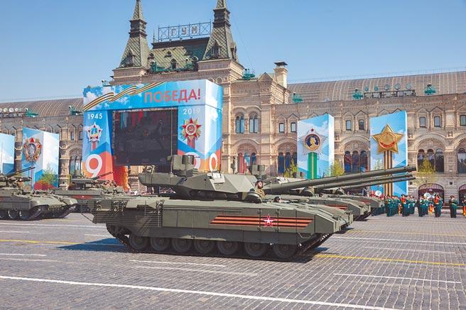 在俄羅斯首都莫斯科,T-14型主戰坦克(前)參加閱兵。(新華社資料來源)