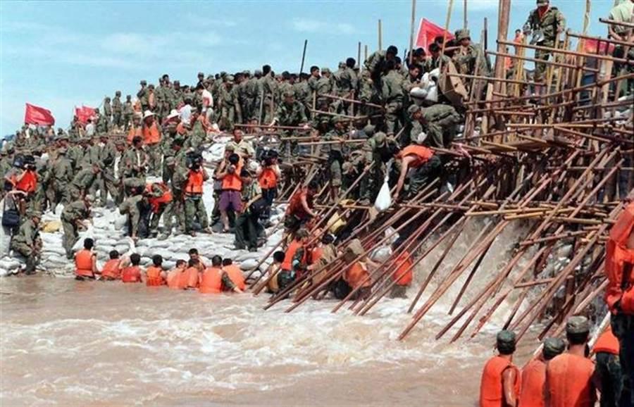 1998年洪水是大陸建國以來災情最慘重的一年,大陸官方動員政府與民間共800多萬人參與救災,解放軍和武警部隊調動多達66個師旅和武警總隊,總兵力27.4萬,並動用大量車輛、舟艇、飛機和直升機,動員救災人力裝備規模都創下史上最高紀錄。(圖/本報資料圖)