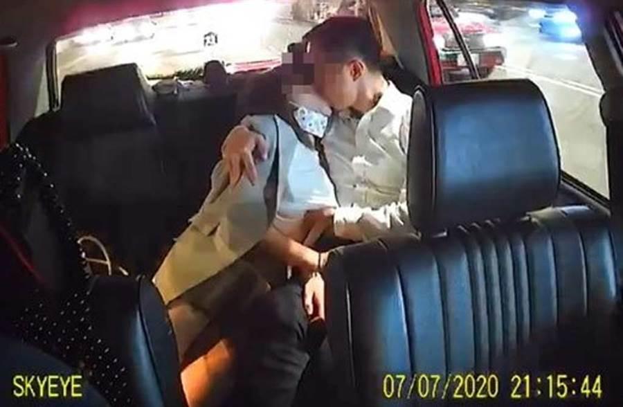 OL與西裝男在小黃後座激烈交纏,兩人的手皆在對方「重點部位」游移。(網路照片)