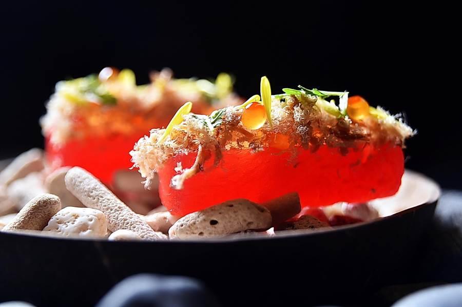 西瓜也能入饌作美餚,圖中〈西瓜 / 魚鬆 / 鮭魚卵〉的西瓜即以真空套代壓縮滲透法(compression)賦味後,搭配鮭魚卵和魚鬆俳出的開胃小食。(圖/姚舜)
