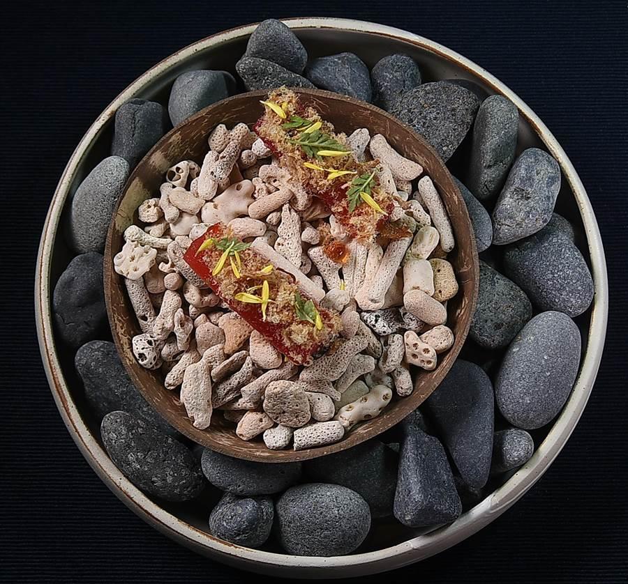 COAST〉餐廳的菜餚呈盤以石頭、珊瑚等元素舖陳,傳遞一種「海濱漫步」的想像與況味。(圖/姚舜)