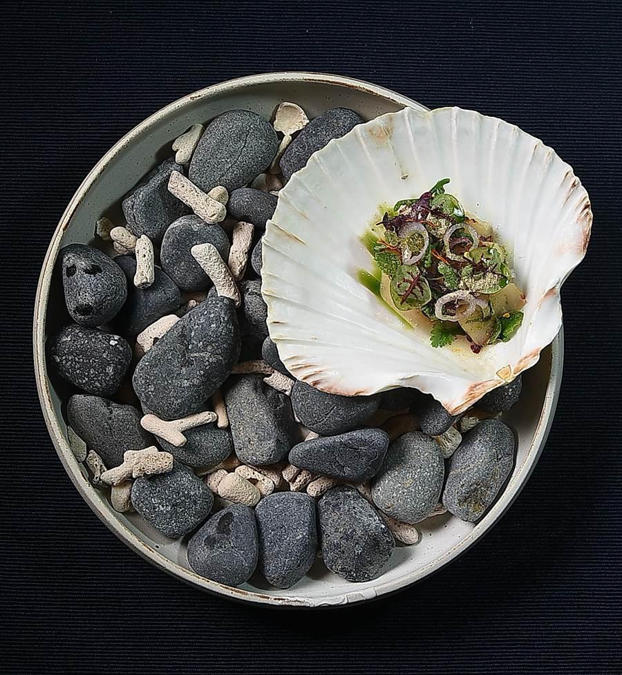 〈干貝 / 炒米 / 手指檸檬〉靈感來自泰北傳統涼拌菜 larb,呈盤手法很有「藝境」。(圖/姚舜)