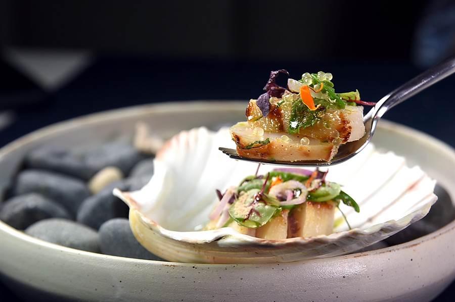 〈干貝 / 炒米 / 手指檸檬〉在〈COAST〉套餐中的角色等同「溫沙拉」,生米炒成金黃色後再打成粉末灑在干貝上,可增加煎焙風味。(圖/姚舜)