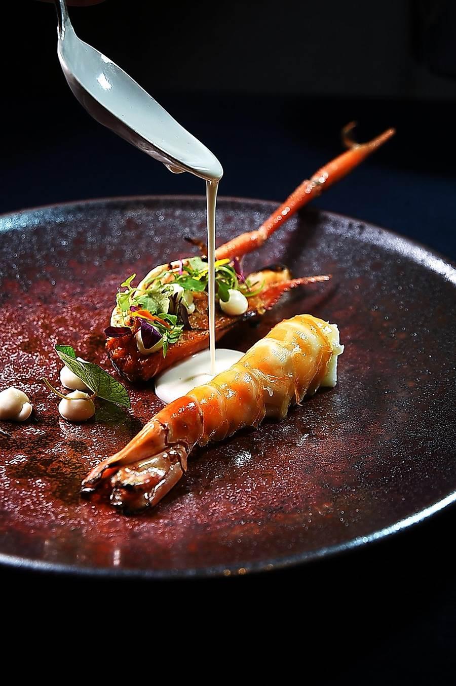 〈泰國蝦 / 咖哩 / 南薑〉的蝦頭在蝦膏助威下風味濃郁,蝦身肉質口感飽滿,提味醬汁是用香茅、檸檬葉、南薑放進椰漿煮過,再魚露跟鹽調味。(圖/姚舜)