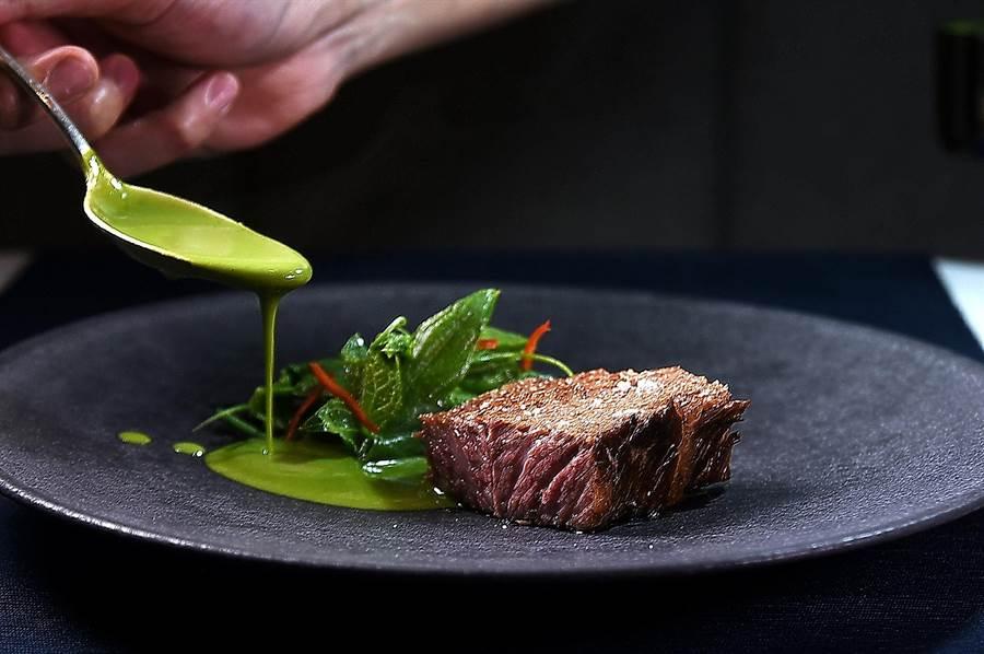〈牛小排/ 綠咖哩 / 馬鈴薯〉是以 綠咖哩醬為牛排提味,龍鬚菜下覆蓋的邊菜除切丁馬鈴薯外,還有碳烤切丁的皎白筍,巧妙的風味與口感組合讓人激賞。(圖/姚舜)