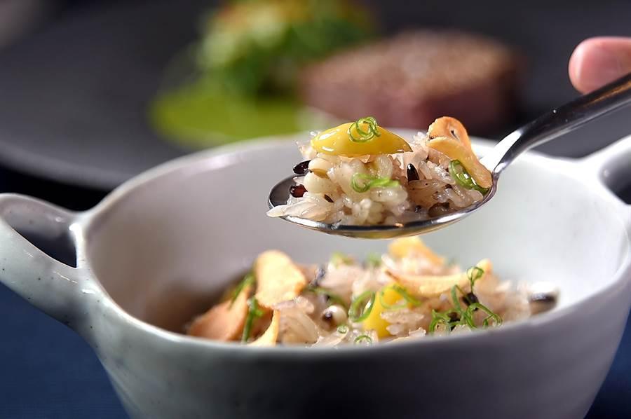 〈牛小排/ 綠咖哩 / 馬鈴薯〉上桌還另外附一碗用雞湯炊煮後,再拌入雞油與紫米、薏仁、蔥花、銀杏的〈雞油飯〉,非常接地氣。(圖/姚舜)