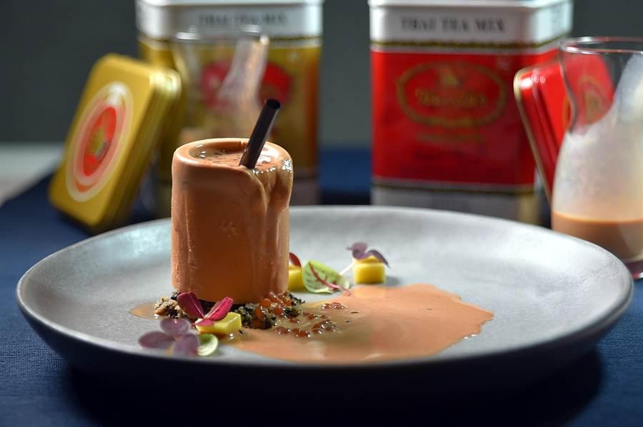上菜過程充滿儀式感的〈泰式奶茶〉,是以泰式奶茶作成「冰杯」,再倒入真泰奶和迷你珍珠,吃食時會融化流漿。(圖/姚舜)