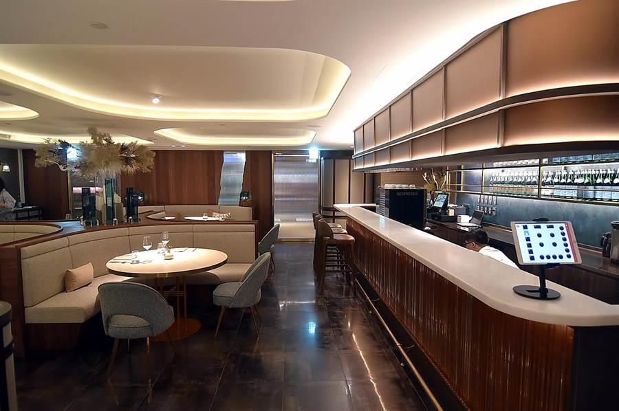 位在台北晶華酒店B2的〈COAST〉餐廳,規畫有不同形態的用餐座位,可同時接待45位客人用餐。(圖/姚舜)