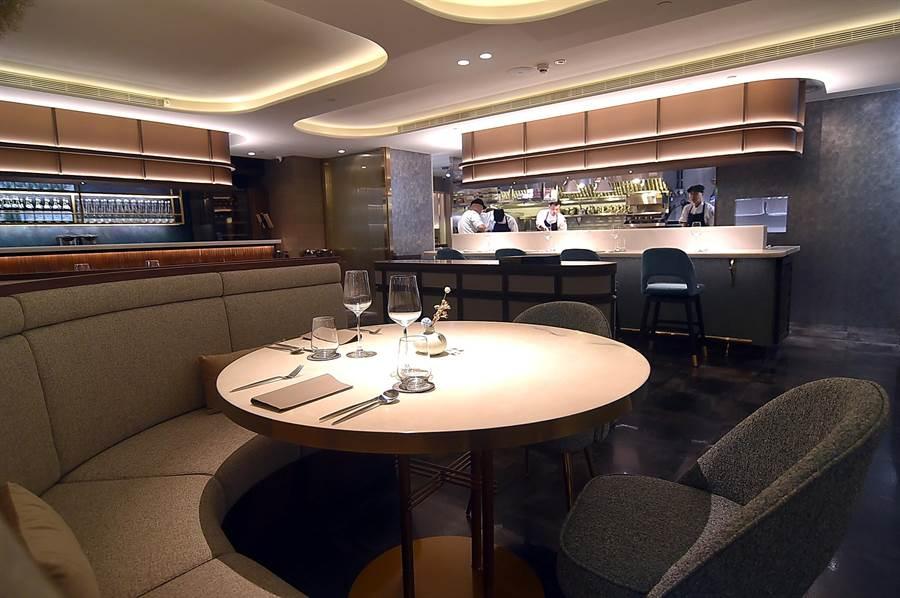 〈COAST〉餐廳廚房採開放式設計,客人可看到廚藝團隊作菜過程。(圖/姚舜)