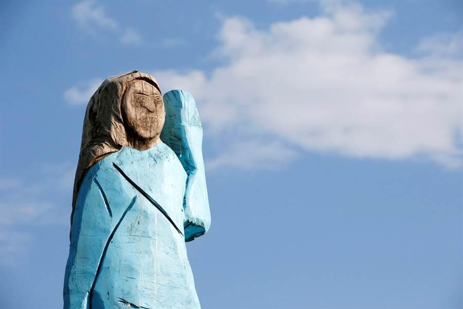 才剛揭幕一年,4日美國歡慶獨立日這天,第一夫人梅蘭妮亞(Melania Trump)位在家鄉斯洛維尼亞的木雕像慘遭祝融,面部烏漆嘛黑慘被毀容。圖為2019年7月5日梅蘭妮亞雕像亮相時的畫面。(資料照/路透社)