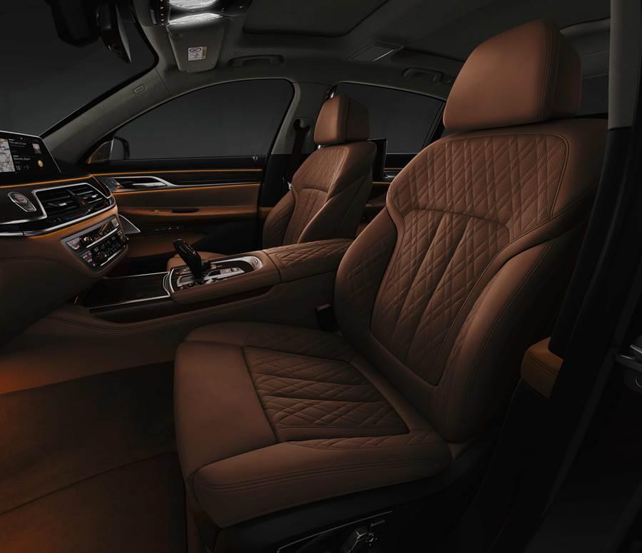以頂級Nappa真皮打造的雙前座舒適型電動座椅,營造頂級精品傢俱般的親膚觸感,讓車主擁有豪華風采。