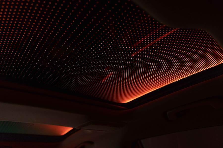 展現遼闊星空的Sky Lounge全景式電動玻璃天窗,給予車室專屬的獨特氛圍。