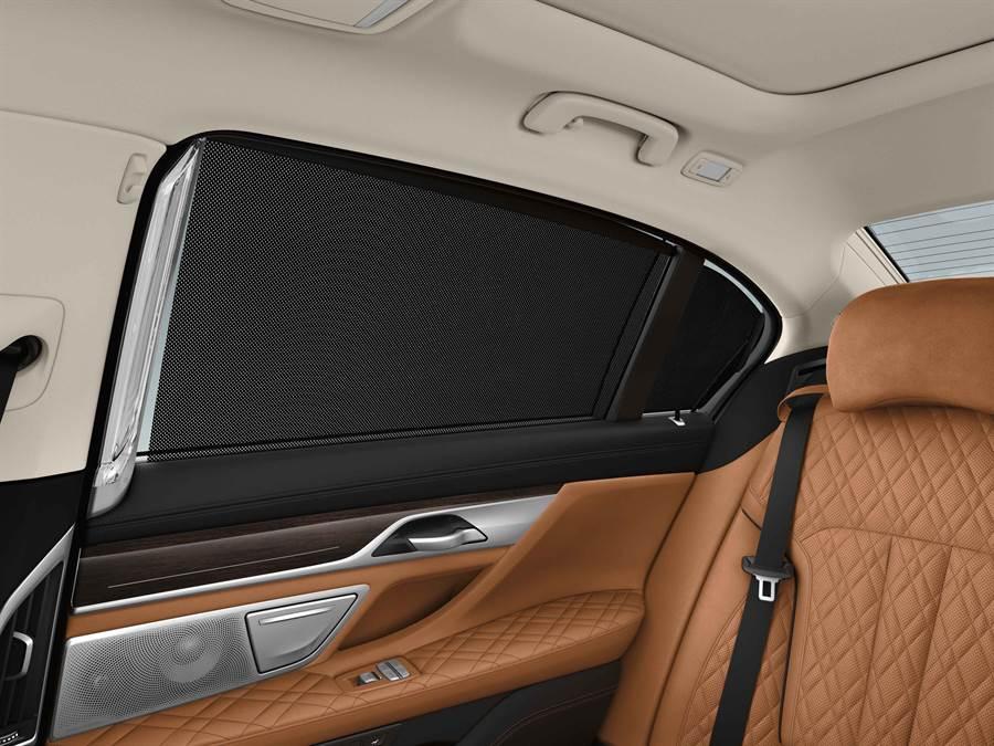 全新BMW 7系列Exclusive Edition層峰旗艦版全車系標準配備電動後擋窗簾及電動後側窗簾,提供車主更專屬私密的乘車體驗。