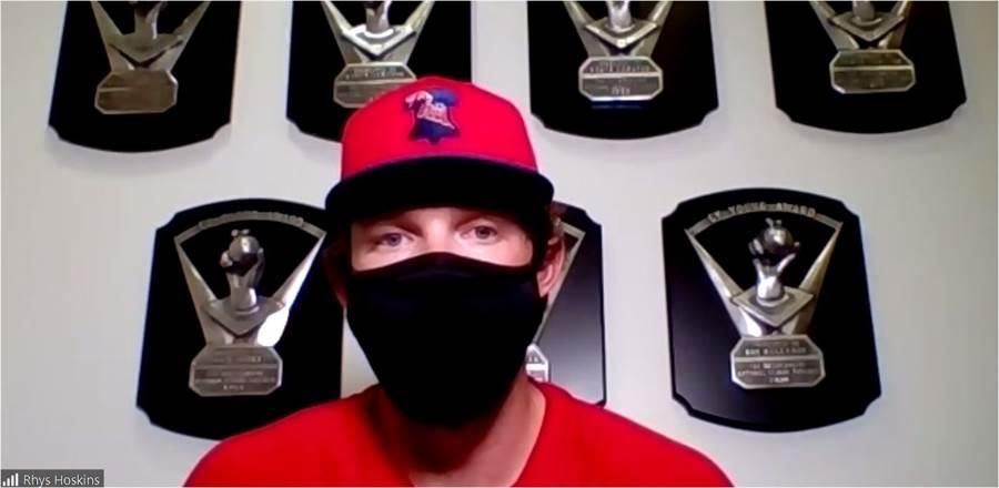 費城人一壘手荷斯金斯考慮在比賽中戴上口罩。(截自Meghan Montemurro推特)