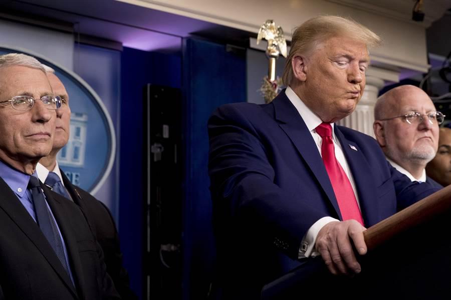 美國總統川普和首席防疫專家佛奇(左)早就不對盤,如今不合已公開浮上臺面。(美聯社)