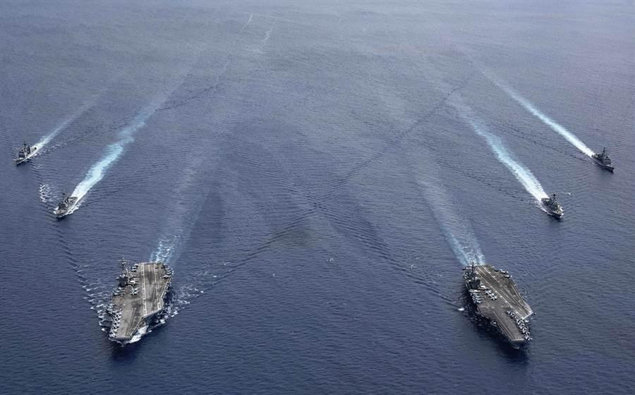 美國「雷根」號(USS Ronald Reagan,CVN76)與「尼米茲」號(USS Nimitz,CVN-68)航母戰鬥群6日在南海軍演的畫面。(美國海軍/美聯社)