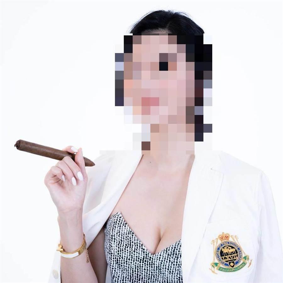 被指控酒醉鬧事的劉姓女子,對雪茄、紅酒有深入研究。(翻攝劉女臉書)