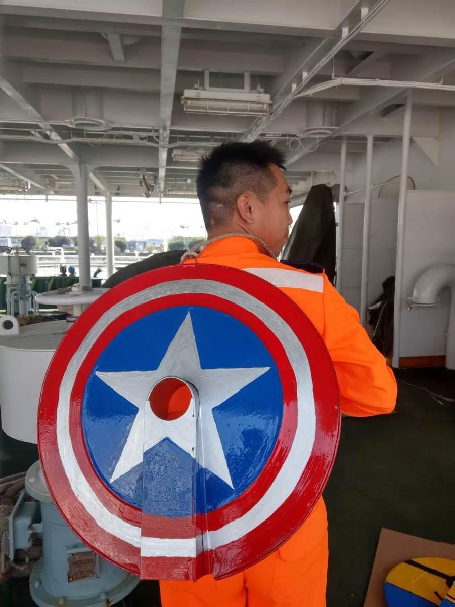 船員感覺有美隊保護。(翻攝/海巡署艦隊分署分署粉絲團)
