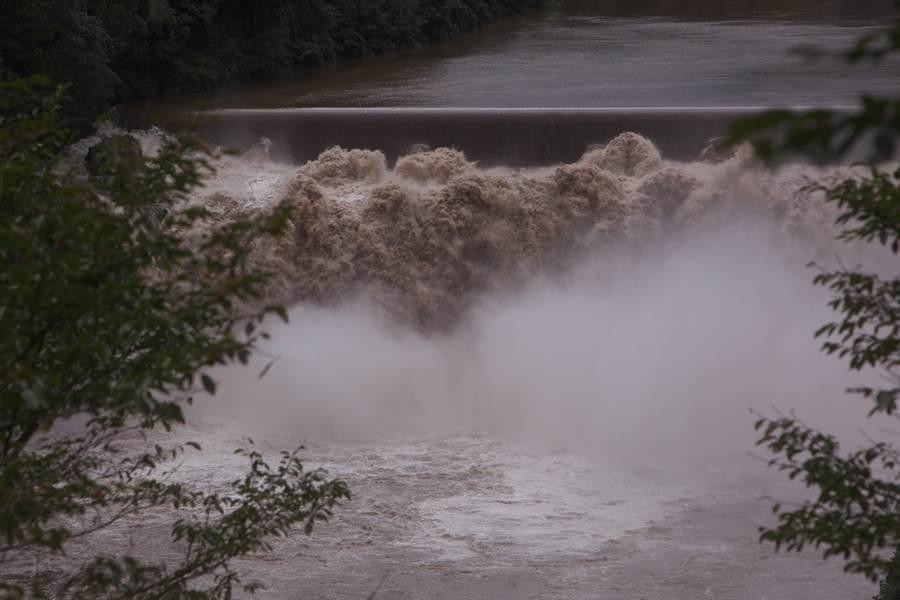 九州地區連日的大雨引發土石流、河水氾濫等嚴重災情。示意圖(圖片來源/達志影像shutterstock提供)