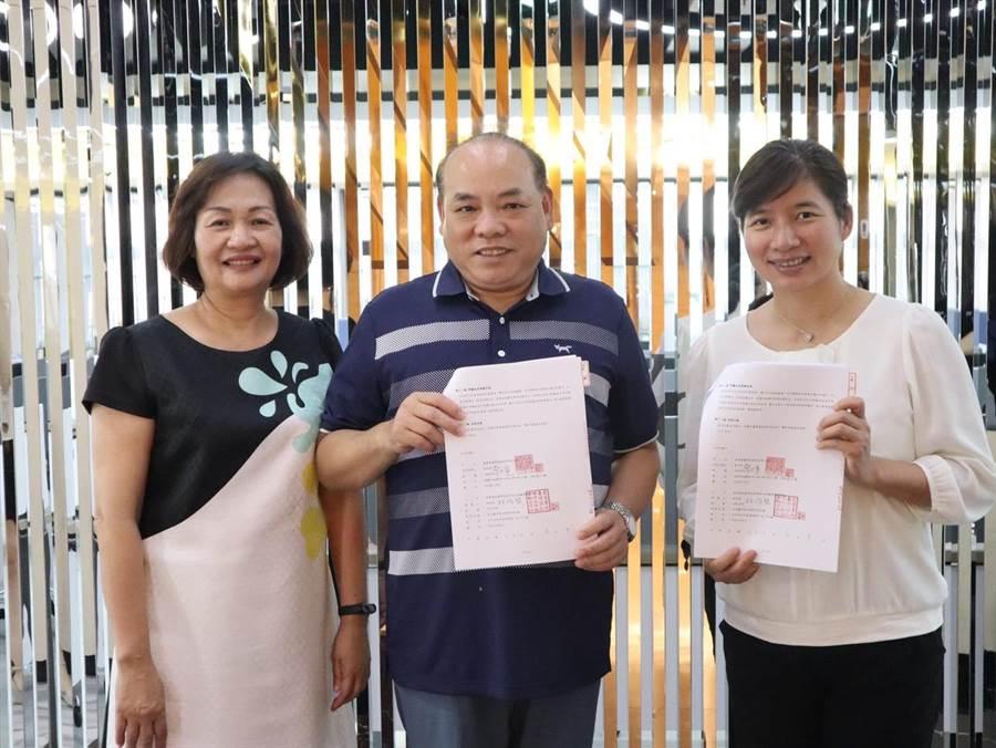 金嗓電腦科技公司董事長蔡世寅(中)與前台中市副市長林依瑩(右)創立金照顧簽約。(金嗓公司提供/賴佑維桃園傳真)