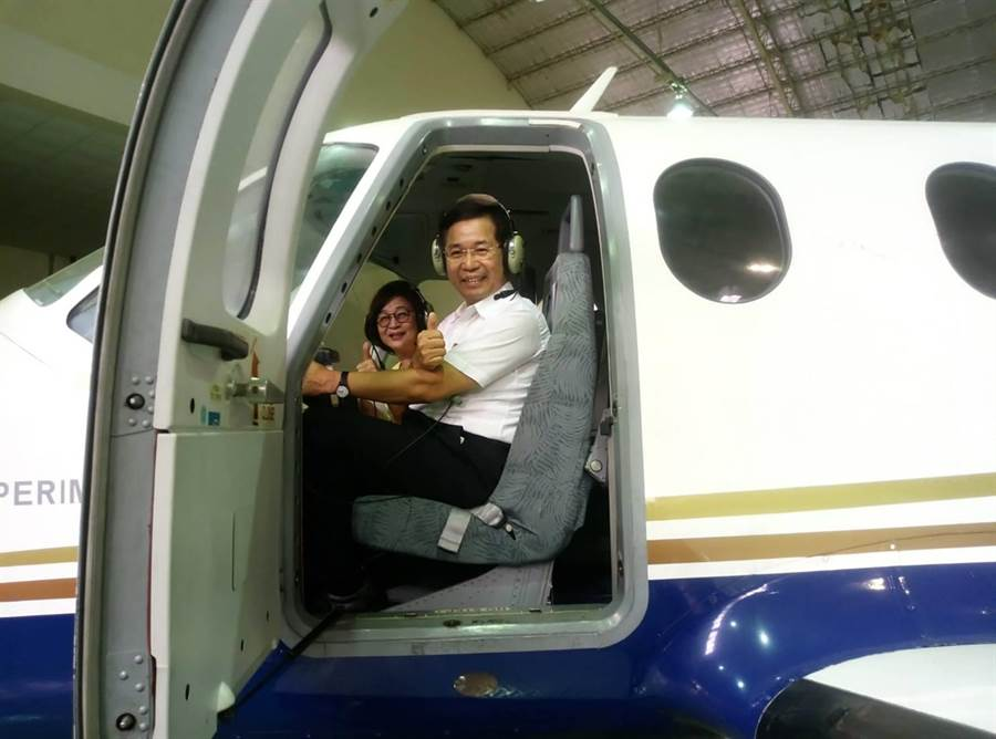 立委蘇治芬(左)和教育部長潘文忠坐上飛機駕駛座體驗駕駛。(許素惠攝)