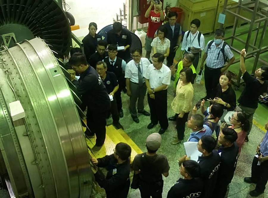 立委蘇治芬(黃衣)和教育部長潘文忠(蘇右手邊)等參觀學生實務修飛機。(許素惠攝)