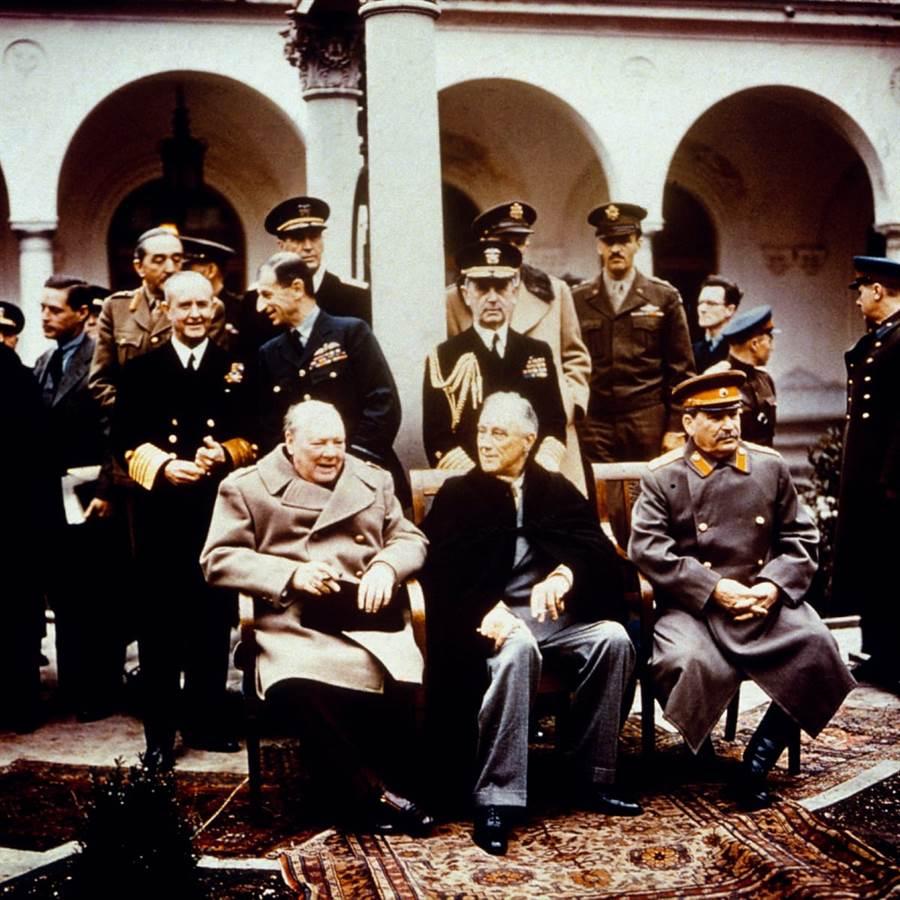 小羅斯福(中坐者)在雅爾達會議,所穿的深色披風,也是Brooks Brothers。(圖/美國國會圖書館)