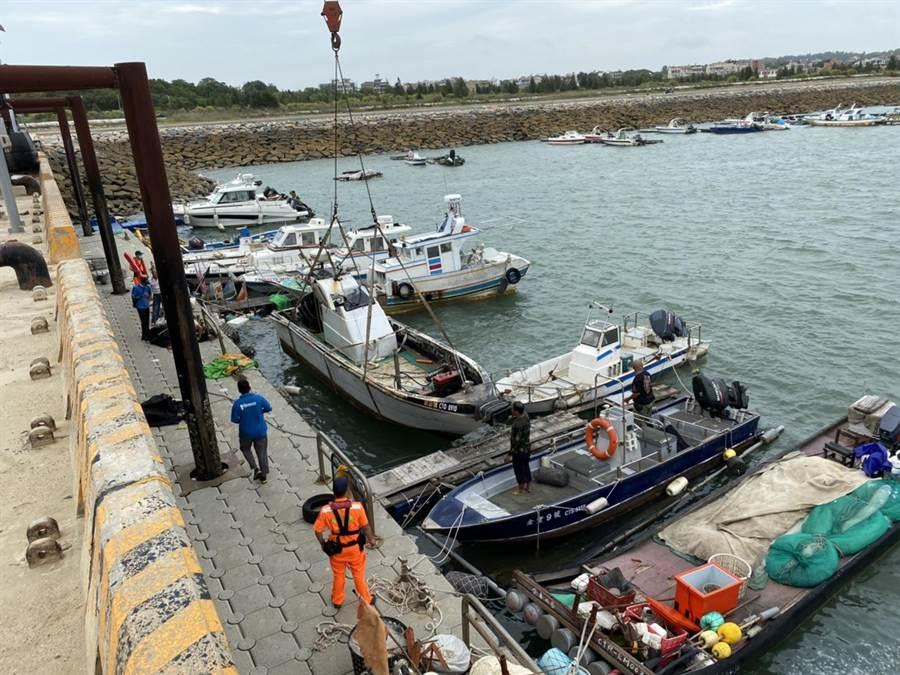 后豐港區翻覆半沈的漁船(中),最後順利吊掛上岸安置。(金門岸巡提供)