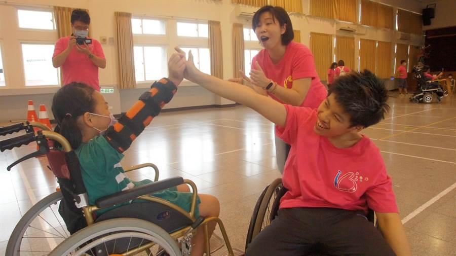 八里爱心教养院「生命之美」交流活动前进淡水国小表演轮标舞,右前为小瑄。(戴上容摄)