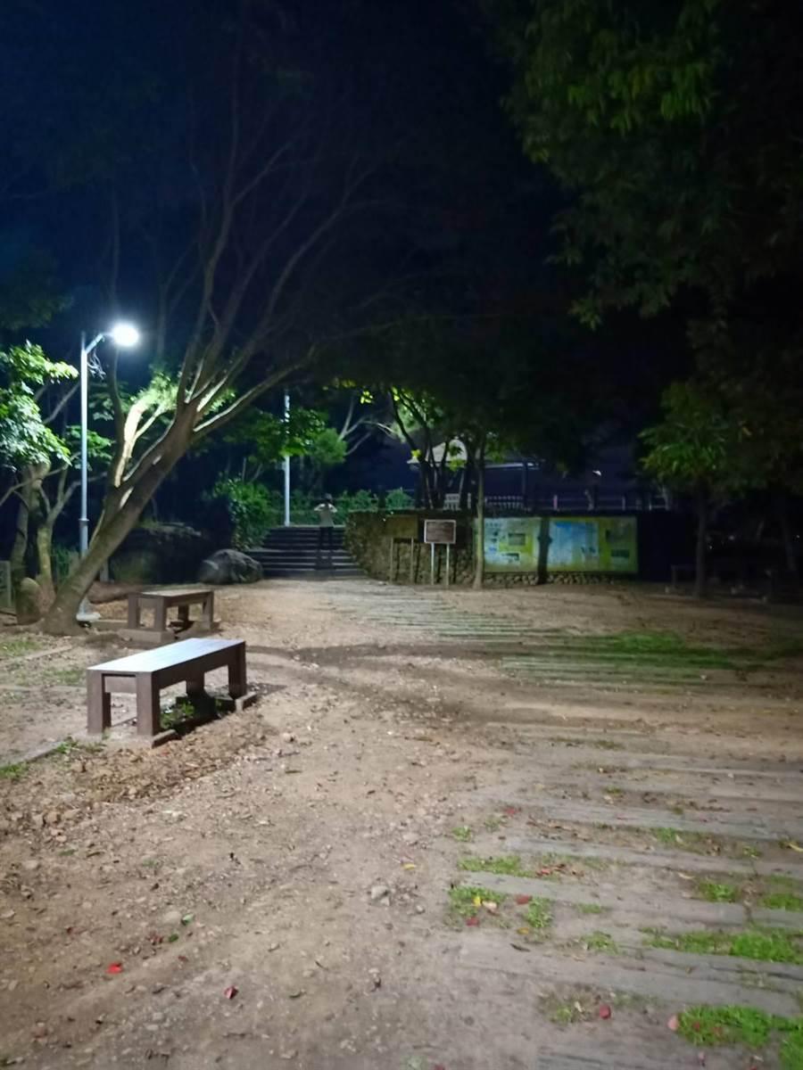 藤山步道夜間照明設備建置完成,公所設置上月中32盞LED路燈,3日台電正式供電後,點亮夜間步道。(員林市公所提供/謝瓊雲彰化傳真)