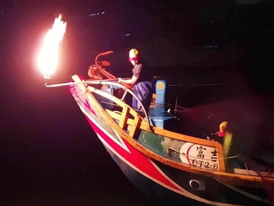 今年金山蹦火季僅剩簡士凱1艘蹦火船,堅持出海捕魚,傳承蹦火仔精神。(簡士凱提供/許家寧新北傳真)