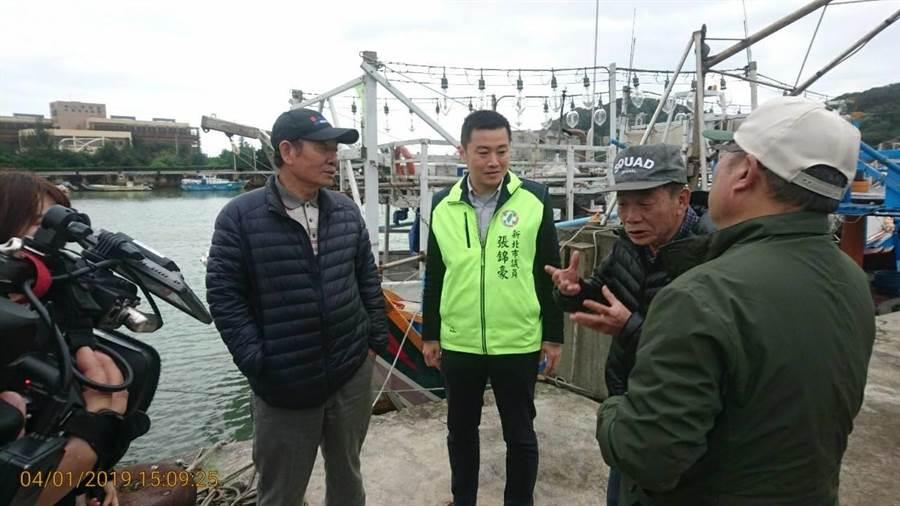 青鱗魚產銳減,新北議員張錦豪(左二)關心磺港漁民與蹦火船文化傳承。(新北市議員張錦豪提供/許家寧新北傳真)