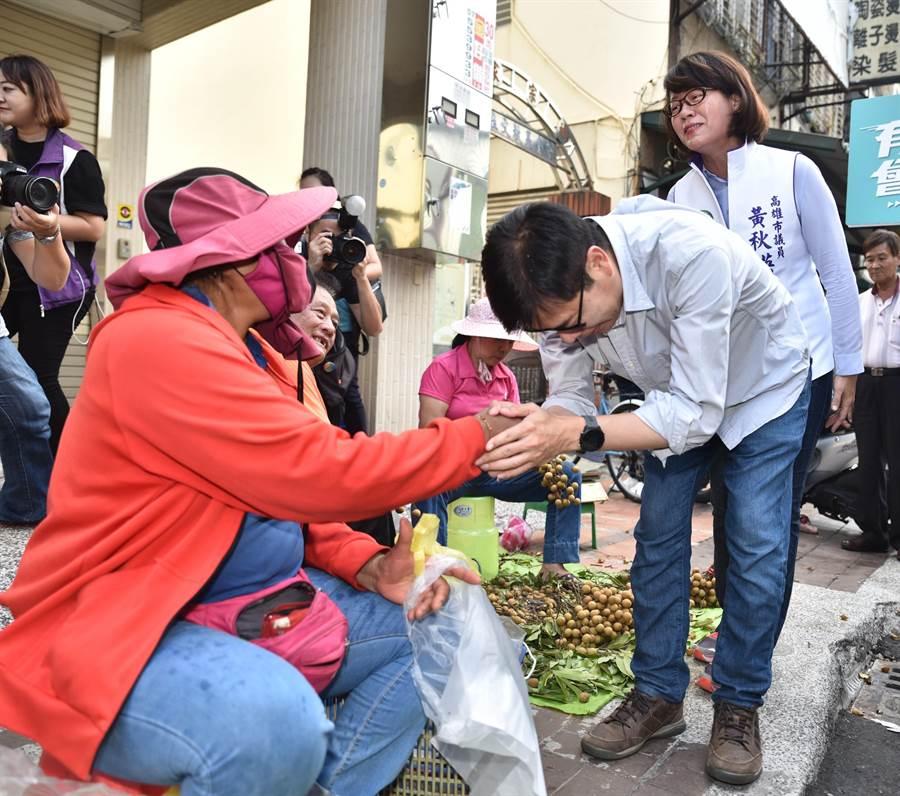 民進黨高雄市長補選參選人陳其邁(前右)9日到橋頭區黃昏市場掃街拜票。(林瑞益攝)