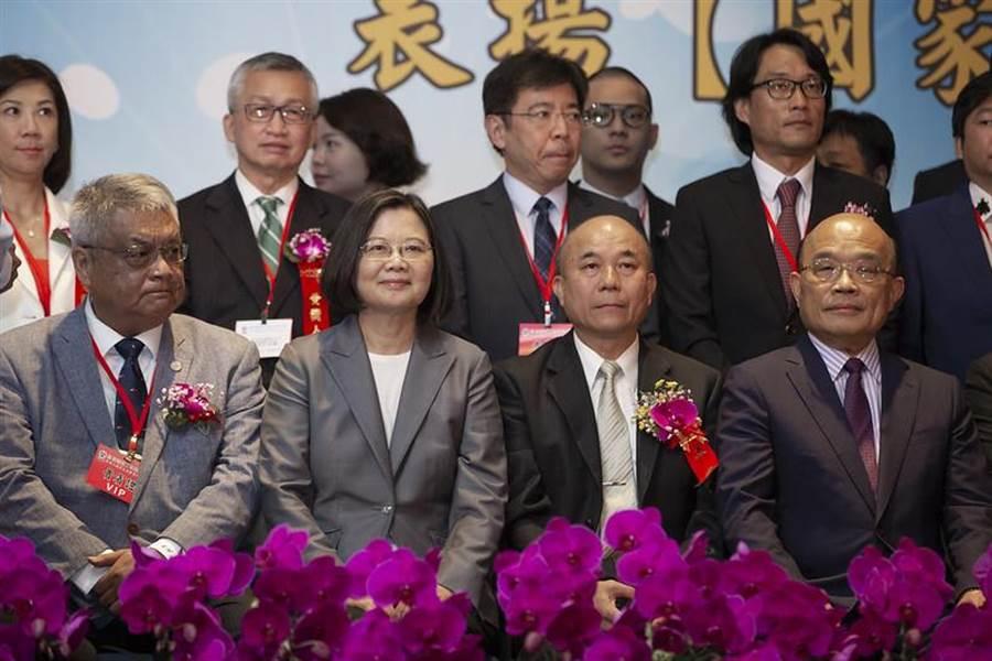 蔡總統:短期內提出紓困3.0,用行動相挺產業。圖為蔡總統出席「台灣機械工業同業公會會員代表大會」並合影。(總統府提供)