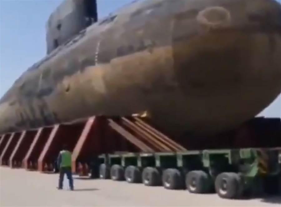 伊朗基洛潛艦,被裝在重型卡車上運輸。(圖/twitter)
