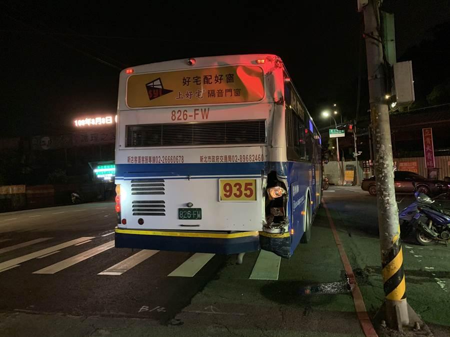 今天晚上8點53分,在新店區安康路三段與薏仁坑路口處,發生一起2台公車意外擦撞車禍。(讀者提供/林俊翰翻攝)