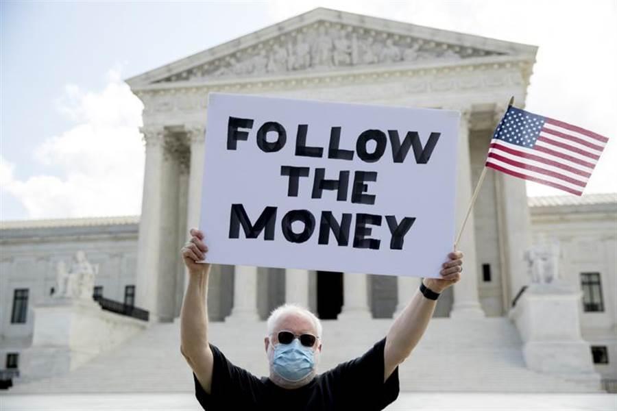 美國最高法院9日裁定,紐約曼哈頓地區檢察官可以索取川普總統的報稅資料。(美聯社)