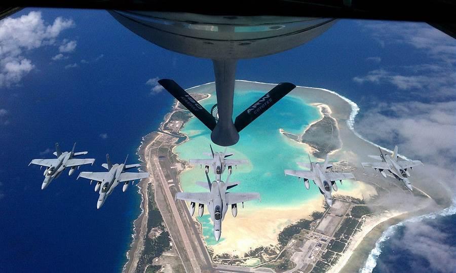 美軍大黃蜂戰機在復活島上空進行空中加油,由空照圖可見到整個復活島上遍布飛機跑道與軍事設施。(圖/美國空軍)